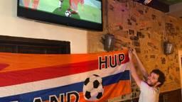 In Breda is de wedstrijd op vijf schermen te volgen (Foto: Imke van de Laar).