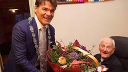 Toen hij 100 werd, kreeg Willem een bloemetje van burgemeester Depla van Breda. (Archieffoto)