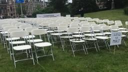 Witte stoelen, één voor ieder slachtoffer. (Foto: Jeanne Hornixk)