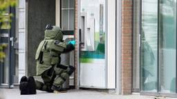 Een medewerker van de EOD bij het explosief. (Foto: Erald van der Aa)