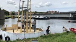 Het kunstwerk van Erik Vink in het water in de Citadel van Den Bosch.