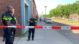 Agenten in de buurt van het huis van het doelwit in Rosmalen (foto: Bart Meesters).