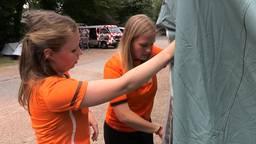 Elmi en Marjolein proberen hun geleende tent op te zetten.