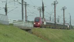 De HSL-treinen rijden in volle vaart langs, dus de actie van de man was levensgevaarlijk (foto: Raoul Cartens).