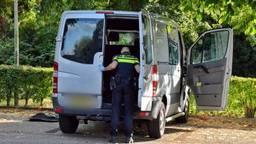 Ook het busje van de verdachte werd doorzocht. (Foto: Anthony DeCock / DeKortMedia)