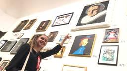 Naomi Donkers wijst naar haar werk in het Rijksmuseum in Amsterdam.