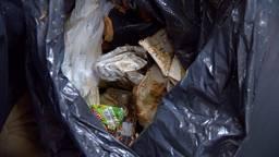 Huisvuilafval wordt dagelijks tussen de kleding gevonden
