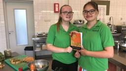 Joanieke en Elise met hun Romeins kookboek (Foto: Erik Peeters)