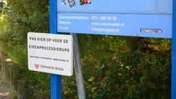 Bij de Galderse Meren hangt al een bordje: 'Pas hier op voor de eikenprocessierups'. (Foto: Tom van der Put)