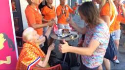 Mia Popeyus geniet van de muziek en het feest bij de fanzone in Valenciennes.