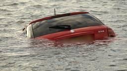 De auto van de ongelukkige eigenaar drijft in de Maas. Foto: Gabor Heeres/SQ Vision