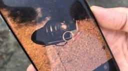 Schoonmaakster Petra maakte een foto van een van de twee handgranaten. (Foto: Floyd Aanen)