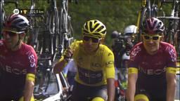 Egan Bernal in de laatste rit van de Tour de France met een glas champagne. (beeld: NOS)