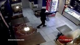Een van de jongens liep met getrokken pistool naar binnen. (Foto: Bureau Brabant)