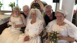 Lucie Lips en Trees Jansen ontdekten dat oudere dames gelukkig worden van het dragen van een trouwjurk.