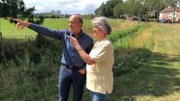 Roland Somers en Marleen van Doorneveld wijzen naar de plek waar de windmolens  moeten komen (Foto: Paul Post)