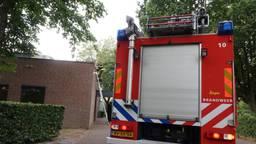 De brandweer doet onderzoek bij het crematorium. (Foto: Perry Roovers / SQ Vision Mediaprodukties)