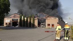 Het dak van de loods is verwoest. (Foto SK-Media)