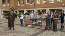 Protest bij het Paleis van justitie op de dag dat beroepszaken dienden, met links een 'verzuurde eik' (foto: Natuurmonumenten).