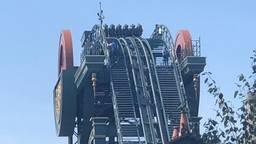 Passagiers worden uit de achtbaan bevrijd door Efteling-medewerkers. (Foto: Ciaran Kelleher via Twitter)