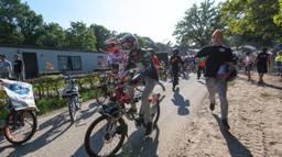 De deelnemers van de 24-uurs Solexrace rennen naar hun Solex.