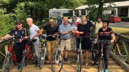 Ambassadeur Pete Hoekstra heeft de eerste fietsroutes overhandigd gekregen.