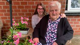 Kimberly Kremers (20) en haar oma Nel Jansen (77). (Foto: Eva de Schipper)