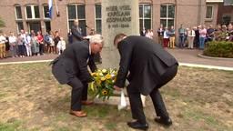 Een krans wordt gelegd om kapelaan Koopmans te herdenken.