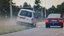 De bestuurder haalde via de berm in (foto: politie Helmond).