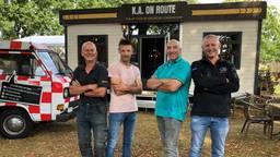 Het mobiele café met een aantal vrijwilligers ervoor (v.l.n.r.: Marti Wijnands, Hans Willems, Burny Smets en Peter Beerens).