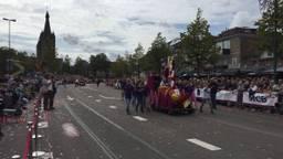 Overdreven zonnig is het niet bij het Bloemencorso in Valkenswaard, maar druk is het wel (foto: René van Hoof).