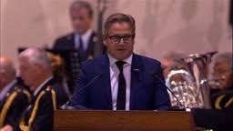 Guus Meeuwis sprak tijdens de 75e herdenking in Waalre. (Foto: Omroep Brabant)