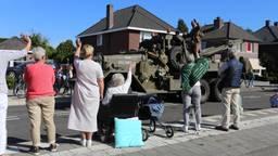 Zwaaien naar alle militairen die door de straten rijden. (Foto: Fabian Eijkhout)
