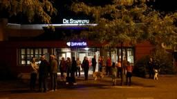 Bewoners van de wijk De Bunders voor De Stapperij. (Foto: Sander van Gils)