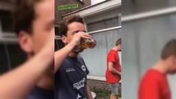 De jongen met een goudvis in zijn bier. (Foto: Dumpert)