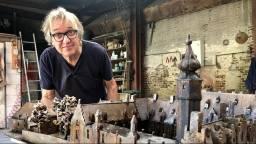 Kunstenaar Leon Vermunt met de maquette van het Markiezenhof. (Foto: Erik Peeters)