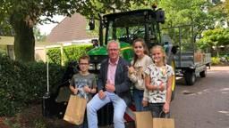 Kinderen in Hilvarenbeek moeten leren omgaan met tractoren op de weg.