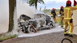 De brandweer bezig met het blussen van de brandende wagen (foto: Berry van Gaal/SQ Vision Mediaprodukties).