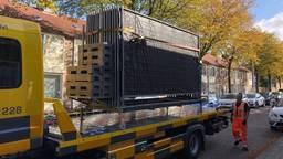 Hekken worden aangevoerd om het huis aan de Kastrupstraat in Tilburg af te schermen. (Foto: René van Hoof)