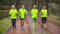 Kees (tweede van links) en zijn loopmaatjes trainen voor de marathon.