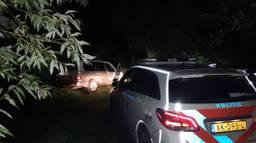 De auto botste in Lithoijen tegen een boom. (Foto: Facebook politie Oss)