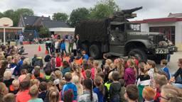 Een historische legertruck op de speelplaats van de Gummarusschool in Steenbergen (Foto: Erik Peeters)