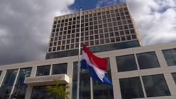 Voor de rechtbank in Breda hangt de vlag halfstok.