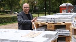 Tomasz Tomaszewski bij de net aangekomen stenen voor zijn kunstwerk in Breda. (Foto: Peter-Pim Windhorst)