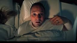 Frans Bauer is in zijn eigen bed te zien in de videoclip. (Beeld: Frans Bauer)