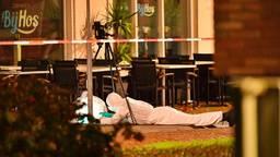 De Explosieven Opruimingsdienst Defensie doet onderzoek naar de granaat bij het restaurant in Valkenswaard. (Foto: Rico Vogels / SQ Vision)