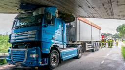 De vrachtwagen kwam klem te zitten (Foto: Marcel van Dorst).