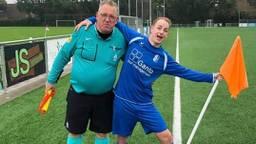 Stefan Verhoeven na een voetbalwedstrijd in goede harmonie met een speler (Foto: Stefan Verhoeven).
