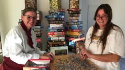 De zussen Christel (l) en Juul van Dijk puzzelen wat af (Foto: Alice van der Plas)