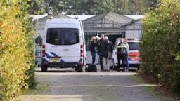 De politie doet onderzoek op het terrein in Den Dungen. (Foto: Bart Meesters)